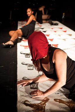 Tapete Manifesto performance de Thaís Medeiros realizada no dia 05/06 Teatro De Arena Eugênio Kusnet. Foto: Marcello Vitorino