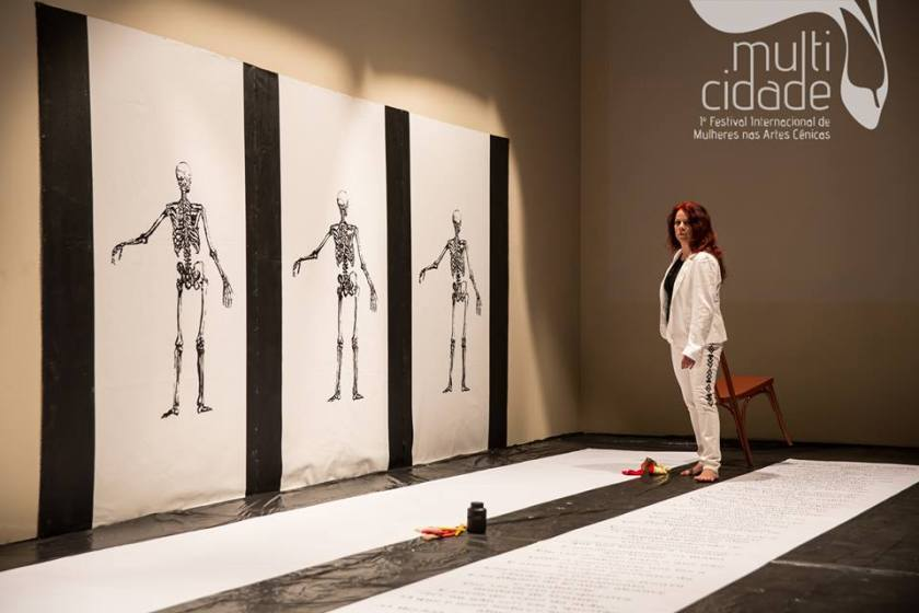 TRÍPTICO: OSSOS, BATOM VERMELHO E HAMLET no MULTICIDADE – Festival Internacional de Mulheres nas Artes Cênicas – RJ (04 de novembro de 2015) - Foto: Renato Mangolin