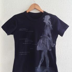 Bailarina Cinza à esq c poema sobre camiseta preta (baby look)