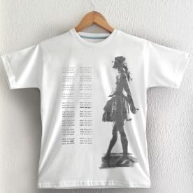 Bailarina Cinza esq,, bem me quer, sobre camiseta branca