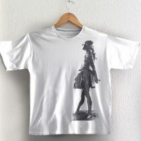 Bailarina Cinza à esq sobre camiseta branca