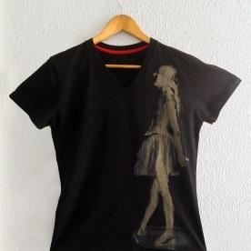 Bailarina Dourada à esq sobre camiseta preta (baby look)