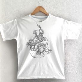 Dragão Cinza sobre camiseta branca
