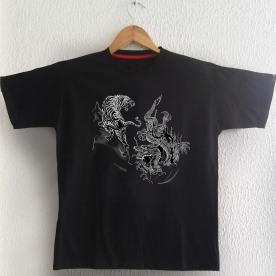 Tigre e Dragão Cinza sobre camiseta preta