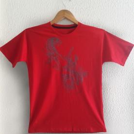Tigre e Dragão Cinza sobre camiseta vermelha