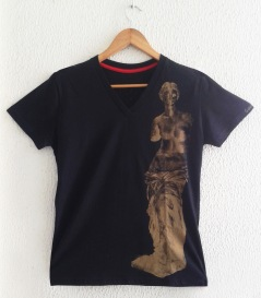 Vênus Dourada à esq sobre camiseta preta (baby look)