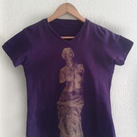 Vênus Dourada sobre camiseta roxa (baby look)