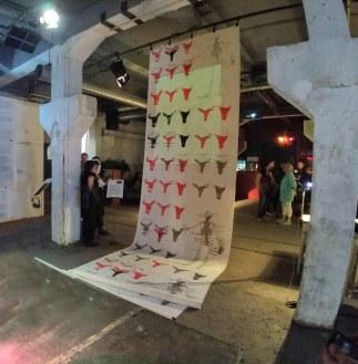 "Instalação Tapete Manifesto - instalação ""Unsichtbare Orte – Frauen in der Kunst"" de Kordula Lobeck, Pathos Theater, Munique, Alemanha"